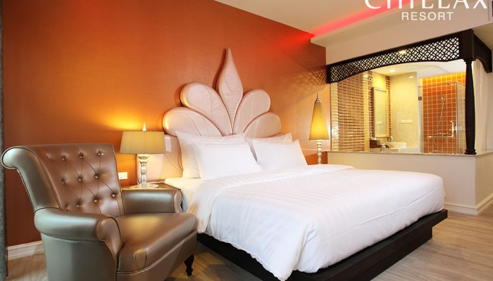 Colonial themed luxury hotel room